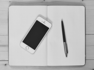 ノートとペン、スマホ